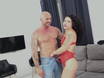 Katia y Denis son una pareja a la que les va el sexo cañero y quieren demostrarlo en PepePorn
